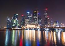 Noche de la luz de la ciudad de Singapur imagenes de archivo