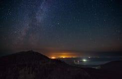 Noche de la luz de las estrellas sobre las montañas Fotografía de archivo libre de regalías