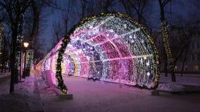 Noche de la Navidad en el bulevar de Tverskoy en Moscú Túnel decorativo que brilla intensamente almacen de metraje de vídeo