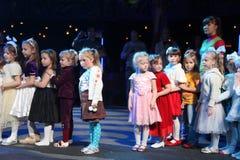 Noche de la Navidad niños en un traje del partido de los niños, el carnaval del Año Nuevo Foto de archivo libre de regalías