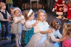 Noche de la Navidad niños en un traje del partido de los niños, el carnaval del Año Nuevo Imagen de archivo libre de regalías