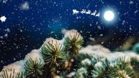 Noche de la Navidad, trineos de Santa Claus y ciervos que vuelan a través del cielo, la tarjeta animada del Año Nuevo almacen de metraje de vídeo