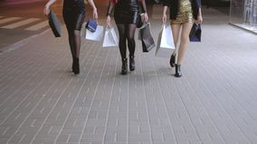 Noche de las muchachas del ocio de la forma de vida del fashionista que hace compras almacen de metraje de vídeo