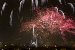 Noche de los fuegos artificiales de Alborada por una hora en la ciudad de Elche Foto de archivo libre de regalías