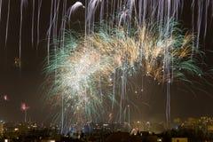 Noche de los fuegos artificiales de Alborada por una hora en la ciudad de Elche Fotografía de archivo