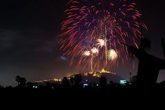 Noche de los fuegos artificiales del campo del espantapájaros en la montaña en Phetchaburi, Tailandia fotos de archivo