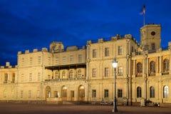 Noche de mayo en la entrada al palacio magnífico de Gatchina Gatchina, Rusia Imagenes de archivo