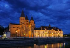 noche de Paray-le-Monial Sacre-Coeur Fotos de archivo libres de regalías