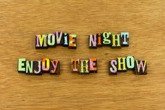 Noche de película disfrutar de la prensa de copiar del entretenimiento de la demostración fotos de archivo libres de regalías