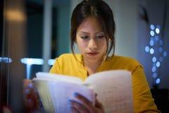Noche de Preparing Exam At del estudiante de la estudiante universitaria Fotografía de archivo libre de regalías