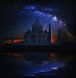Noche de Taj Mahal Temple, Agra, con la vía láctea Foto de archivo