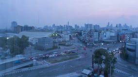 Noche de Timelapse al tiempo del día en la ciudad Desenfocado con borroso luces unfocused de la ciudad Bokeh del tráfico bangkok almacen de video