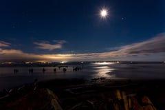 Noche de verano pacífica El agua del océano refleja la luna Fotos de archivo libres de regalías