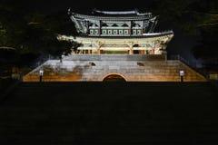 Noche del ê'€ del ¼ del  del œì del ¨ì del 'del ëdel  del ì˜ de Yeungnam-jeilgwan Daegu Corea iluminada Fotos de archivo