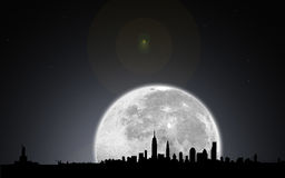 Noche del horizonte de Nueva York con la luna Imagen de archivo