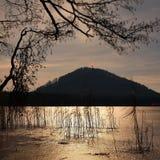 Noche del invierno en el lago congelado. Reflexión del fullmoon en carámbano, hielo y agua fría. Foto de archivo libre de regalías