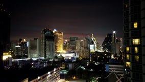 Noche del lapso de tiempo del horizonte de Bangkok en el área de Sukhumvit Nana metrajes