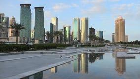 Noche del oeste de la bahía de Doha almacen de video