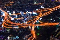 Noche del paisaje urbano e iluminación del coche del tráfico imagenes de archivo