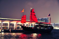 Noche del puerto de Hong-Kong - barco de visita turístico de excursión Imagen de archivo libre de regalías