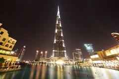 Noche del rascacielos y de la fuente de Burj Dubai Foto de archivo libre de regalías