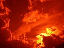 Noche del rojo de la puesta del sol imagenes de archivo