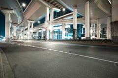 Noche del viaducto del camino de ciudad de la escena de la noche Imagen de archivo libre de regalías