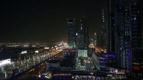 Noche Dubai con la opinión aérea sobre la carretera de la ciudad y el timelapse de los rascacielos almacen de metraje de vídeo