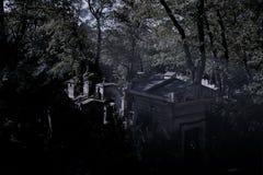 Noche en el cementerio de Pere Lachaise en París imágenes de archivo libres de regalías