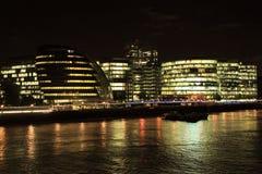 Noche en el centro financiero de Londres fotografía de archivo