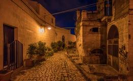 Noche en el distrito del ` de Sassi del ` en Matera, Basilicata, Italia meridional Fotografía de archivo