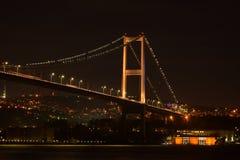 Noche en el puente de Bosphorus Imagenes de archivo