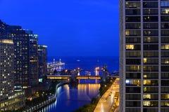 Noche en el río Chicago y el lago Michigan imagen de archivo