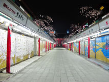 Noche en el templo de Asakusa a través de la calle de Nakamise Imagenes de archivo