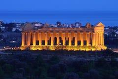 Noche en el valle de templos en Agrigento, Sicilia Foto de archivo libre de regalías