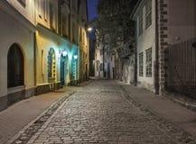 Noche en la ciudad vieja de Riga Fotos de archivo libres de regalías