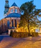 Noche en la ciudad vieja de Riga con una opinión sobre la iglesia de San Pedro Fotos de archivo libres de regalías