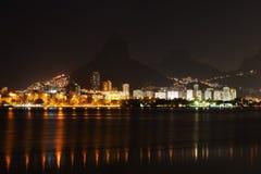Noche en la laguna Rodrigo de Freitas (Lagoa), Rio de Janeiro imagen de archivo