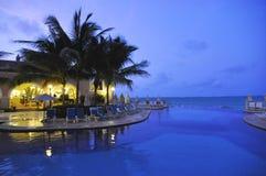 Noche en la piscina en Cancun México