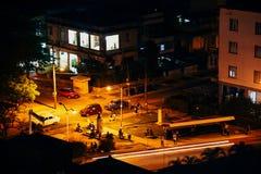 Noche en un pequeño parque en La Habana, Cuba foto de archivo libre de regalías