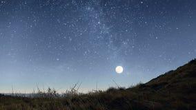 Noche estrellada en las montañas almacen de metraje de vídeo