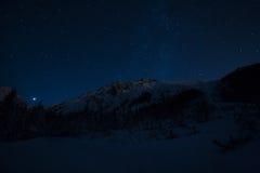 Noche estrellada en montañas Imágenes de archivo libres de regalías
