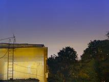 Noche estrellada sobre un bloque de apartamentos Fotos de archivo libres de regalías