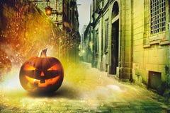 Noche fría de Halloween en la ciudad fotos de archivo