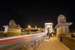 Noche hermosa Budapest, el puente de cadena a través del río Danubio Foto de archivo