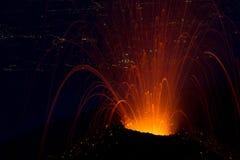 Noche hermosa de la erupción volcánica Foto de archivo