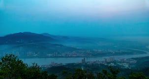Noche horizonte de la ciudad de Taipei, Taiwán en el crepúsculo almacen de video