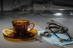 noche Hospital Resto corto: una taza de café, mintiendo al lado de un ste Foto de archivo libre de regalías