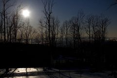Noche iluminada por la luna Imagenes de archivo