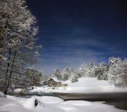 Noche iluminada por la luna en el río del bosque Imagenes de archivo